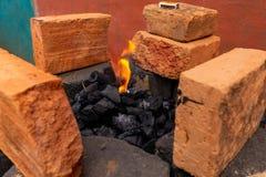 Começando uma fogueira em um lugar rústico fotos de stock royalty free