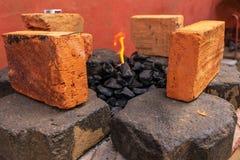 Começando uma fogueira em um lugar rústico fotografia de stock royalty free