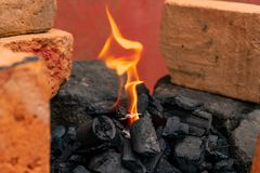 Começando uma fogueira em um lugar rústico foto de stock royalty free