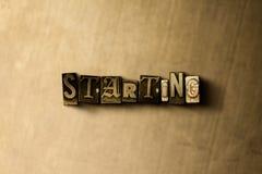 COMEÇAR - o close-up do vintage sujo typeset a palavra no contexto do metal Imagens de Stock Royalty Free