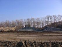 Começo da construção de uma junção de estrada moderna nova na cidade foto de stock