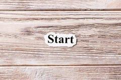 Começo da palavra no papel Conceito Palavras do começo em um fundo de madeira Foto de Stock