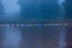 Começo das meninas da raça da canoa Foto de Stock