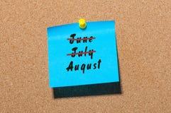 Começo de agosto e no verão passado conceito do fim de mês escrito na etiqueta Golpeado junho, julho Imagens de Stock