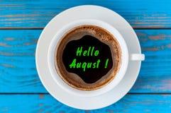 Começo de agosto e no verão passado conceito do fim de mês escrito no copo de café da manhã Golpeado junho, julho Fotos de Stock Royalty Free
