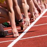 Começo de Sprint no atletismo Fotografia de Stock Royalty Free
