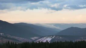 Começo do inverno nas montanhas florestados Lapso de tempo video estoque
