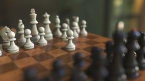 Começo do jogo de xadrez Os penhores movem-se Close-up do tabuleiro de xadrez, animação 3D realística video estoque