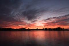 Começo do nascer do sol na lagoa de pesca Fotografia de Stock Royalty Free
