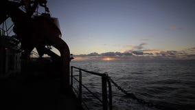 Começo do nascer do sol no oceano video estoque