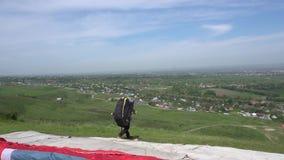 Começo do parapente A asa das elevações do paraglider O Paraglider descola vídeos de arquivo