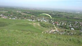 Começo do parapente A asa das elevações do paraglider O Paraglider descola video estoque