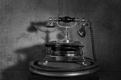Começo do telefone do vintage na tabela fotos de stock