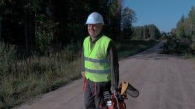 Começo do trabalhador da silvicultura que fala no Walkietalkie filme