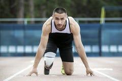 Começo explosivo do atleta com desvantagem Foto de Stock Royalty Free