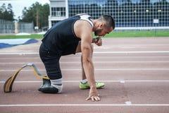 Começo explosivo do atleta com desvantagem Fotos de Stock