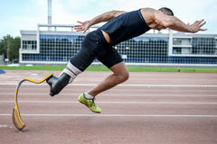 Começo explosivo do atleta com desvantagem Fotos de Stock Royalty Free