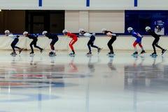 começo maciço de patinagem da velocidade dos skateres das mulheres Imagem de Stock Royalty Free