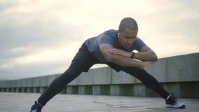 Começo masculino do Afro para fazer baixo o esticão no comprimento completo com bom ângulo video estoque