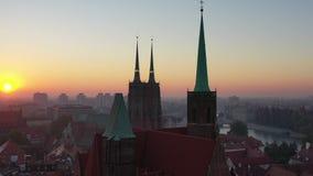 Começo transversal do zangão da igreja de Saint na opinião aérea do nascer do sol filme