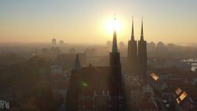 Começo transversal do zangão da igreja e da catedral de Saint na opinião aérea do nascer do sol filme