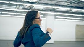 Começos que dançam, papel de jogo de um trabalhador de escritório afastado video estoque
