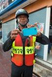 Come al telefono sicuro durante il festival di Songkran, il nuovo anno tailandese sopra Fotografia Stock
