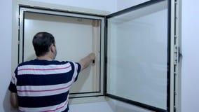Come chiudere la finestra nella stanza di rinforzo del piano israeliano video d archivio