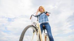 Come ciclare cambia la vostra vita e rendavi felice Ragioni di guidare bicicletta Benefici di salute mentale Pedaling verso immagini stock
