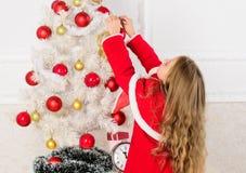 Come decorare l'albero di Natale con il bambino Il bambino lasciato decora l'albero di Natale Parte favorita che decora Ottenere  immagini stock