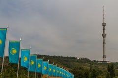 Come delle bandiere kazake, con la torre della televisione di Kok-Tobe nella parte posteriore Fotografia Stock Libera da Diritti