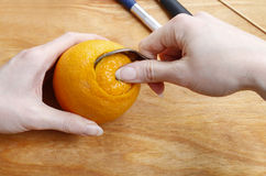 Come fare la palla arancio del pomander con la candela - esercitazione Immagine Stock Libera da Diritti