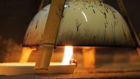 Come fare la serie del inkstick di Huizhou, punto 1, olio di legno cinese bruciante dell'olio di tung per raccogliere fumo nero stock footage