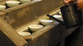 Come fare la serie del inkstick di Huizhou, punto 1, versa l'olio di legno cinese dell'olio di tung nella ciotola per raccogliere video d archivio