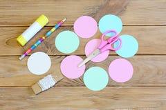 Come fare un ornamento della palla di Natale della carta colorata punto I cerchi hanno tagliato da carta colorata, forbici, matit Immagine Stock