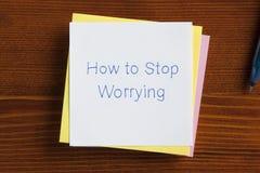 Come fermare preoccuparsi scritto su una nota immagini stock libere da diritti