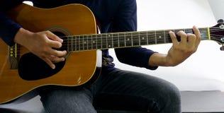 Come giocare una chitarra Fotografie Stock