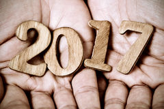 2017, come il nuovo anno, nelle mani di un uomo Immagini Stock Libere da Diritti