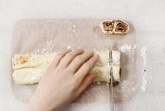 Come produrre i biscotti più palmier - biscotti francesi fotografia stock libera da diritti