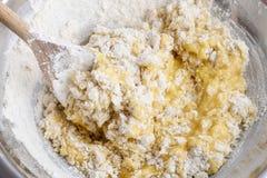 Come produrre la pasta di lievito - per gradi: mescoli tutti gli ingredienti fotografia stock