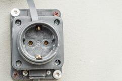 Come rimuovere lo sbocco elettrico sulla facciata della casa e ripararlo sulla parete immagini stock libere da diritti
