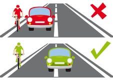 Come sorpassare un ciclista sul modo corretto della strada royalty illustrazione gratis