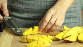 Come tagliare un mango per il dolce del cr?pe di oreo stock footage