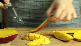 Come tagliare un mango per il dolce del cr?pe di oreo video d archivio