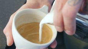 Come versare liberamente un latte della tazza di caffè stock footage