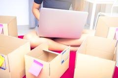 Comece acima o empresário de negócio ou o conceito autônomo da mulher, datilografando o computador com caixa, a caixa de empacota fotos de stock royalty free