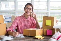 Comece acima o proprietário empresarial pequeno falar com o cliente no pH móvel foto de stock