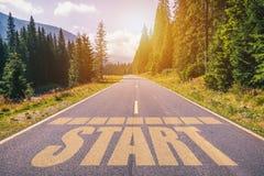 Comece escrito na estrada da montanha, conceito do começo em linha reta para bu Fotografia de Stock