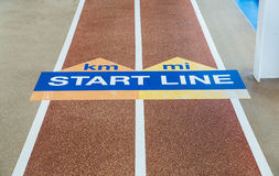 Comece a linha na pista de atletismo Fotos de Stock