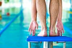 Comece o conceito da raça da natação com macho fotografia de stock royalty free